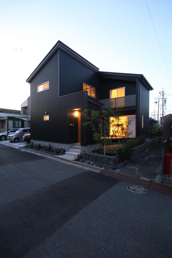庭を囲むL型プランの家